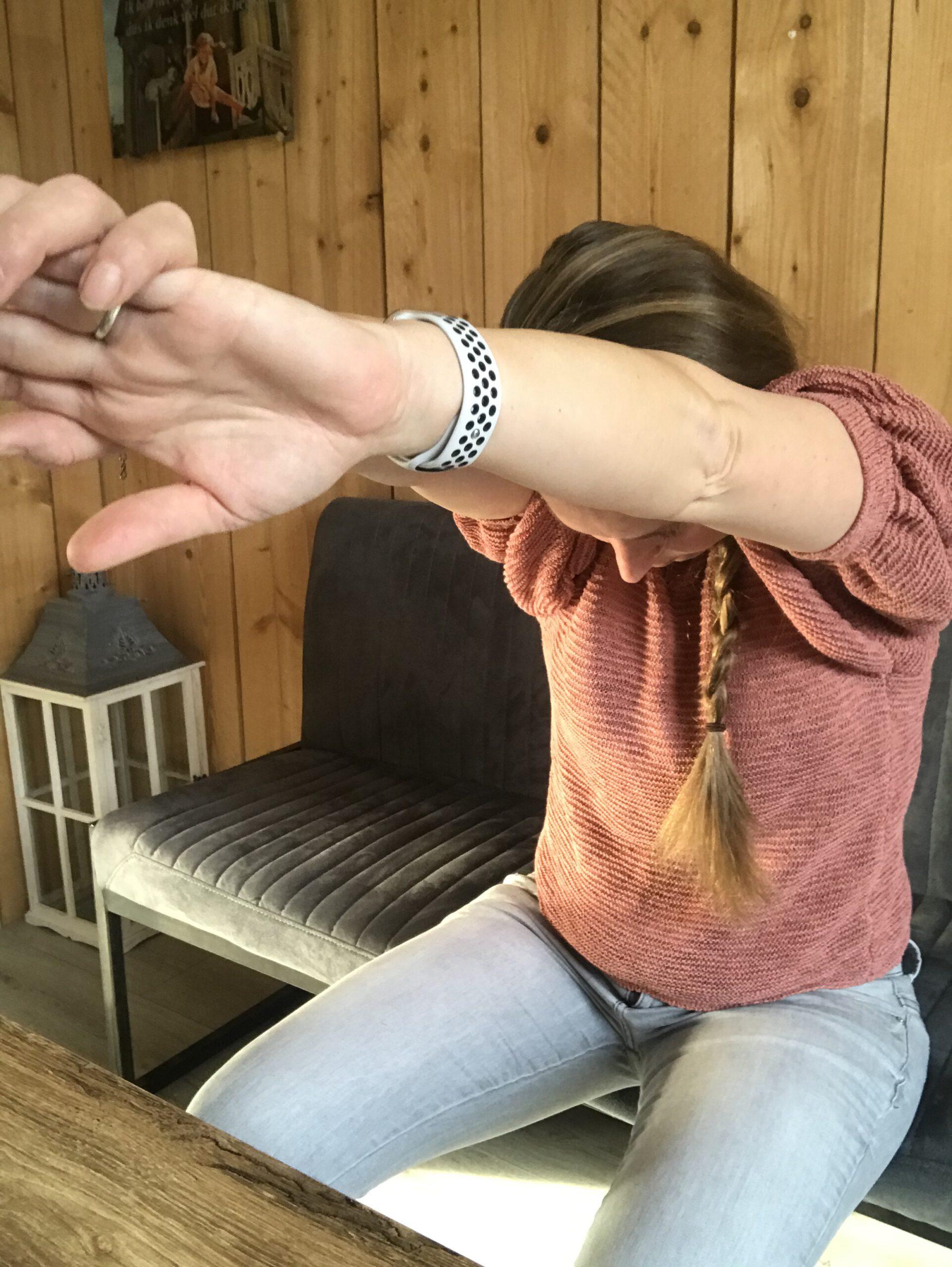Bovenrug stretchen, oefeningen bureau, upper back stretch